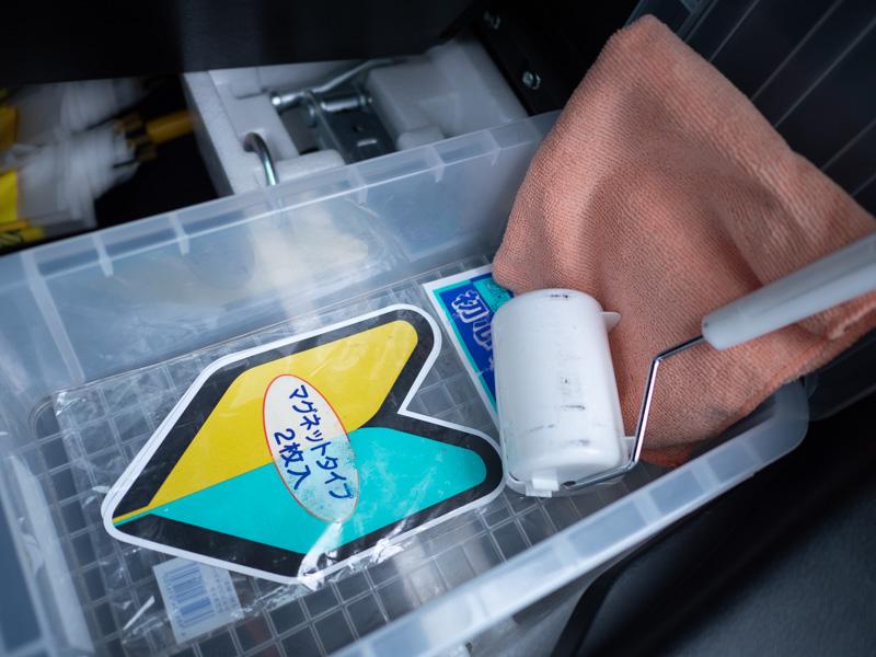 タイムズカーシェア車両に備え付けている初心者マークと掃除用具の写真