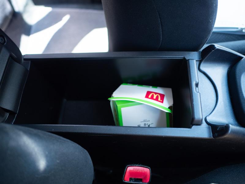 オリックスカーシェアの車両にマクドナルドのゴミが捨ててあった