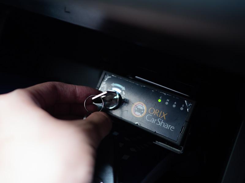 オリックスカーシェア内のグローブボックスに鍵を返却する様子