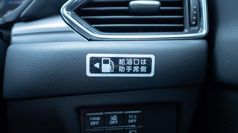 カレコ車内にある給油口ステッカー