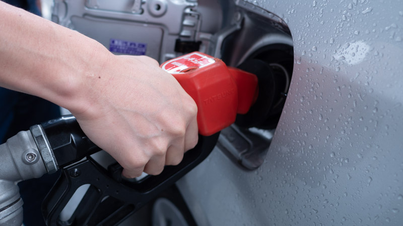 セルフガソリンスタンドでレギュラーガソリンを給油する様子