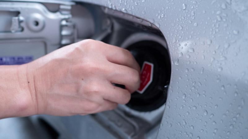 給油口のキャップを閉める様子
