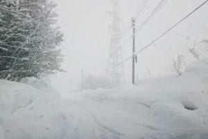 豪雪地帯の車道(青森)
