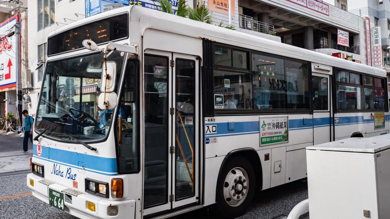 那覇市中心部を走る路線バス