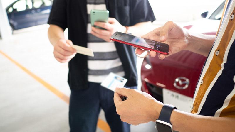 Anycaアプリで互いの免許証を確認する様子