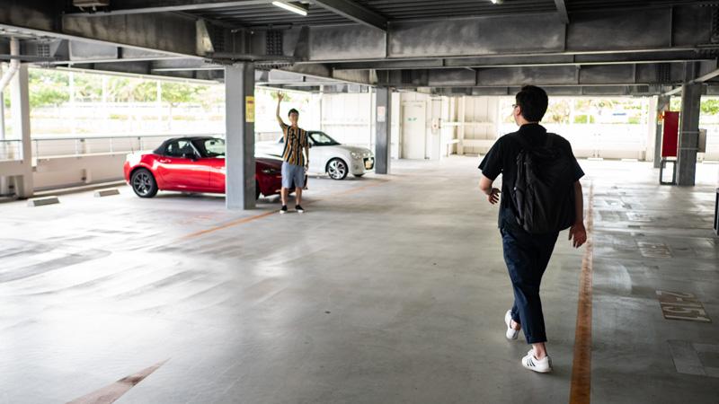 那覇空港駐車場でAnycaのオーナーと待ち合わせする様子