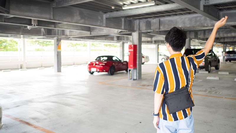 那覇空港駐車場で車のオーナーが見送っている様子