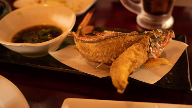 割烹常(沖縄)のグルクンの唐揚げ