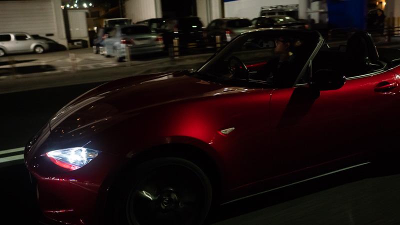 Anycaで借りたマツダ・ロードスターをオープンで運転している様子