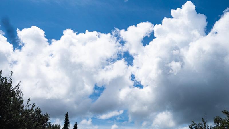 沖縄で撮影した青空と不穏な雲