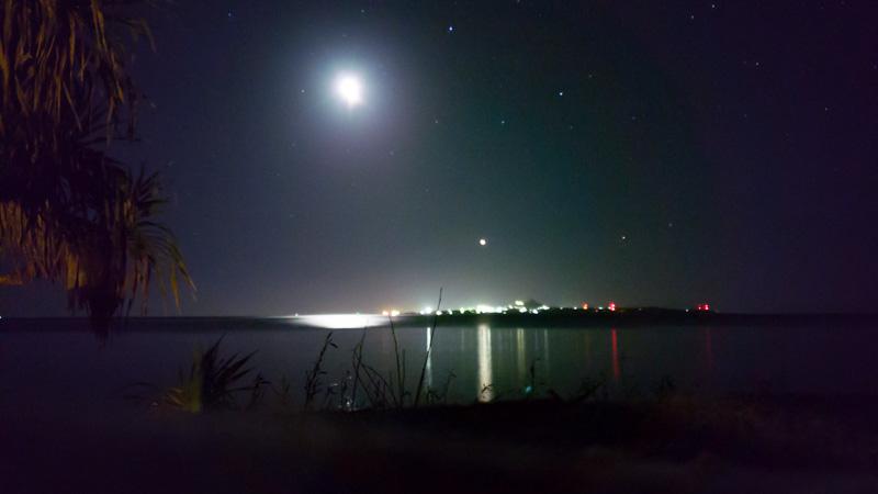 ちゃんや〜の海辺から見える満月と伊江島