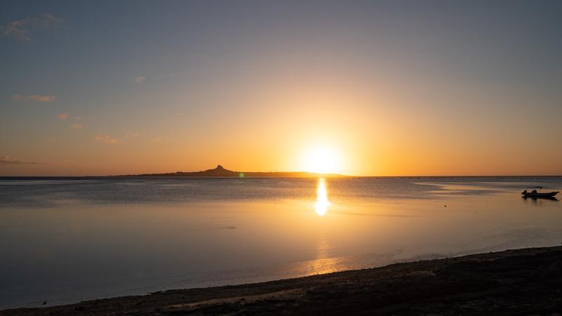 ちゃんや〜前の海辺から見える伊江島