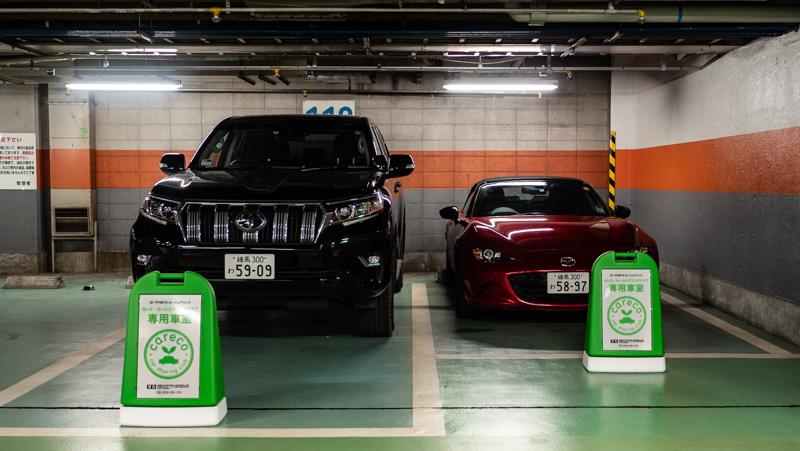 新宿サブナード駐車場内のカレコのステーション(トヨタ ランドクルーザーとマツダ ロードスター)