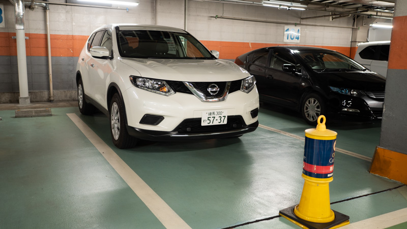 新宿サブナード駐車場のオリックスカーシェアのステーションにある日産エクストレイル