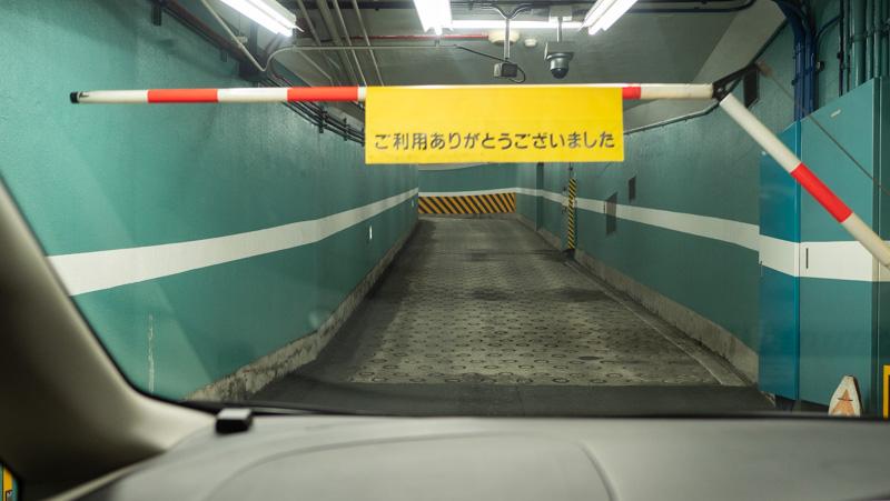 新宿サブナード駐車場のゲートが自動的に開く様子