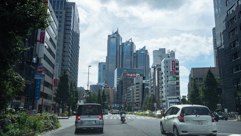 西新宿を車で走行している様子
