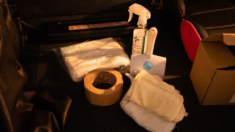 日産e-シェアモビの日産ノートに備え付けられているお掃除セット