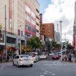 沖縄那覇国際通り前が車で渋滞している