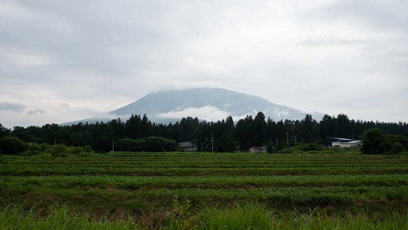 雲に隠れる岩木山