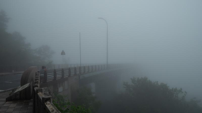 青森市・城ヶ倉大橋の霧がかった様子