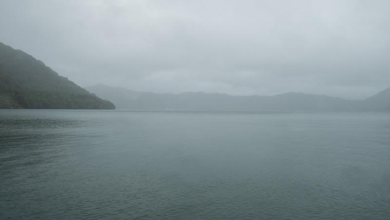 雨の十和田湖子ノ口港からの景色
