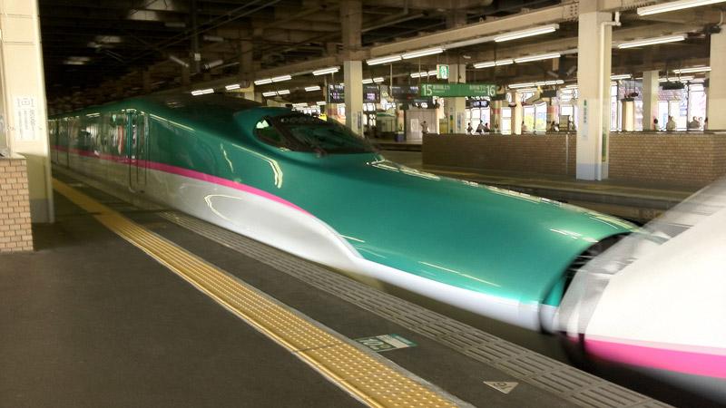 大宮駅の東北新幹線E5系はやぶさ